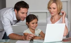 250-150-girl-with-parents-at-laptop